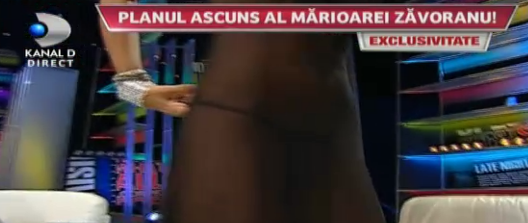 Bruneta a ales o rochie transparenta si cand a aparut la o emisiune tv