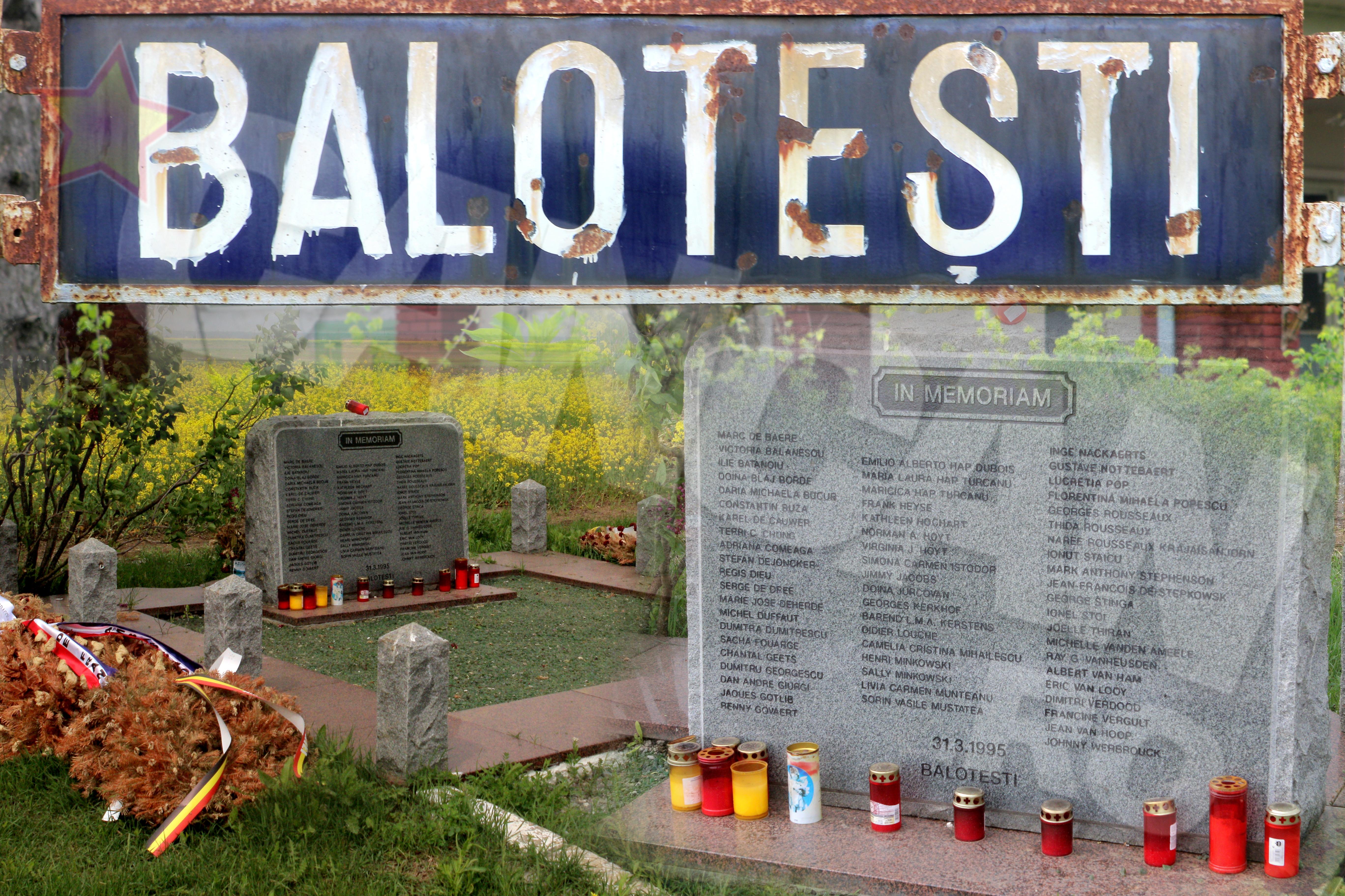 Un monument de piatra, pe care sunt gravate numele celor 60 de victime, aminteste de catastrofa aeriana din '95