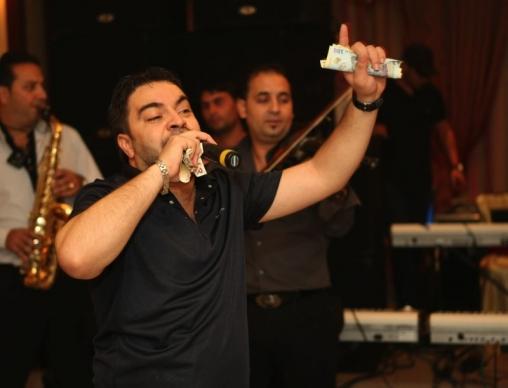 Florin Salam incaseaza bani frumosi din dedicatii
