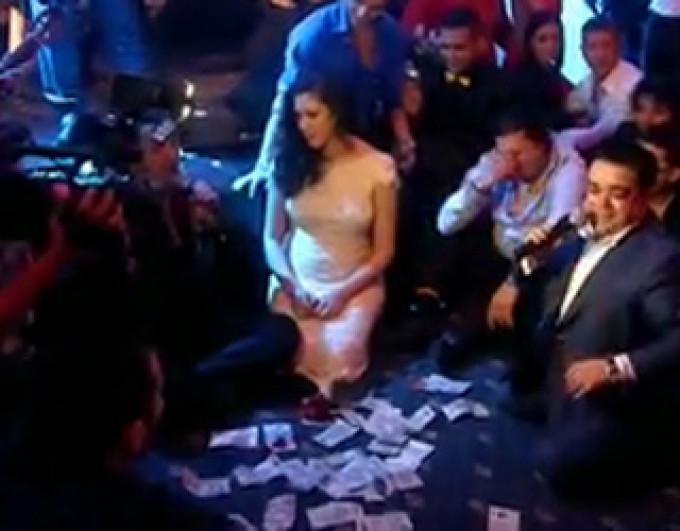 Adrian Minune este scaldat in bani atunci cand canta