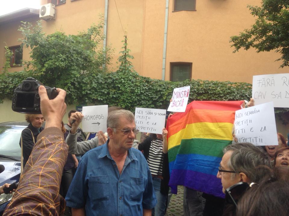 Florin Zamfirescu a iesit sa vorbeasca cu contestatarii sai