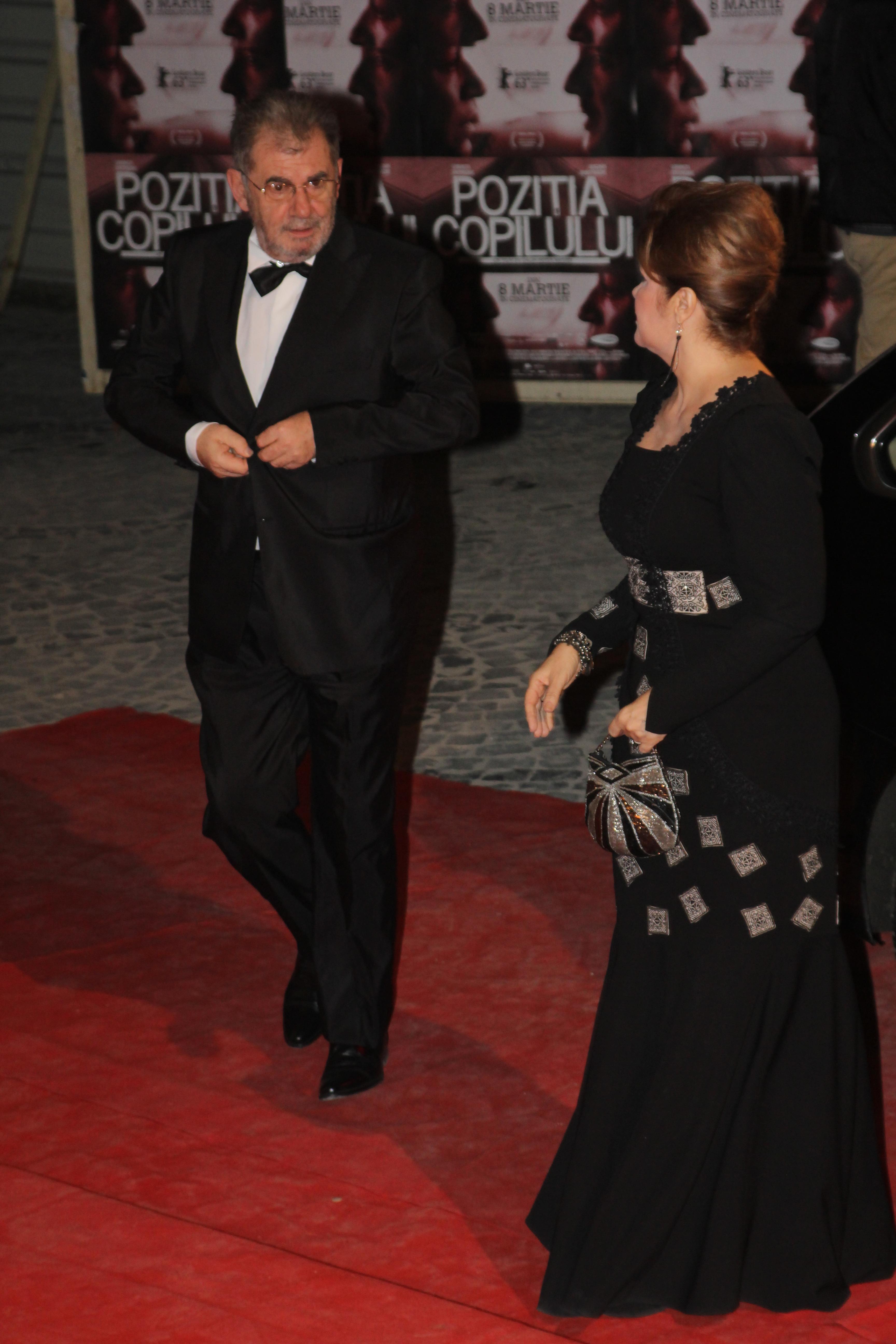 Actrita il asteapta pe Zamfirescu pentru a pasi impreuna pe covorul rosu