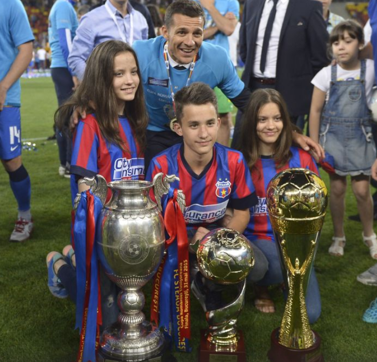 Costel Galca si cei trei copii ai sai. Antrenorul s-a fotografiat cu familia si trofeele pe care le-a castigat la Steaua (sursa foto: gsp.ro)