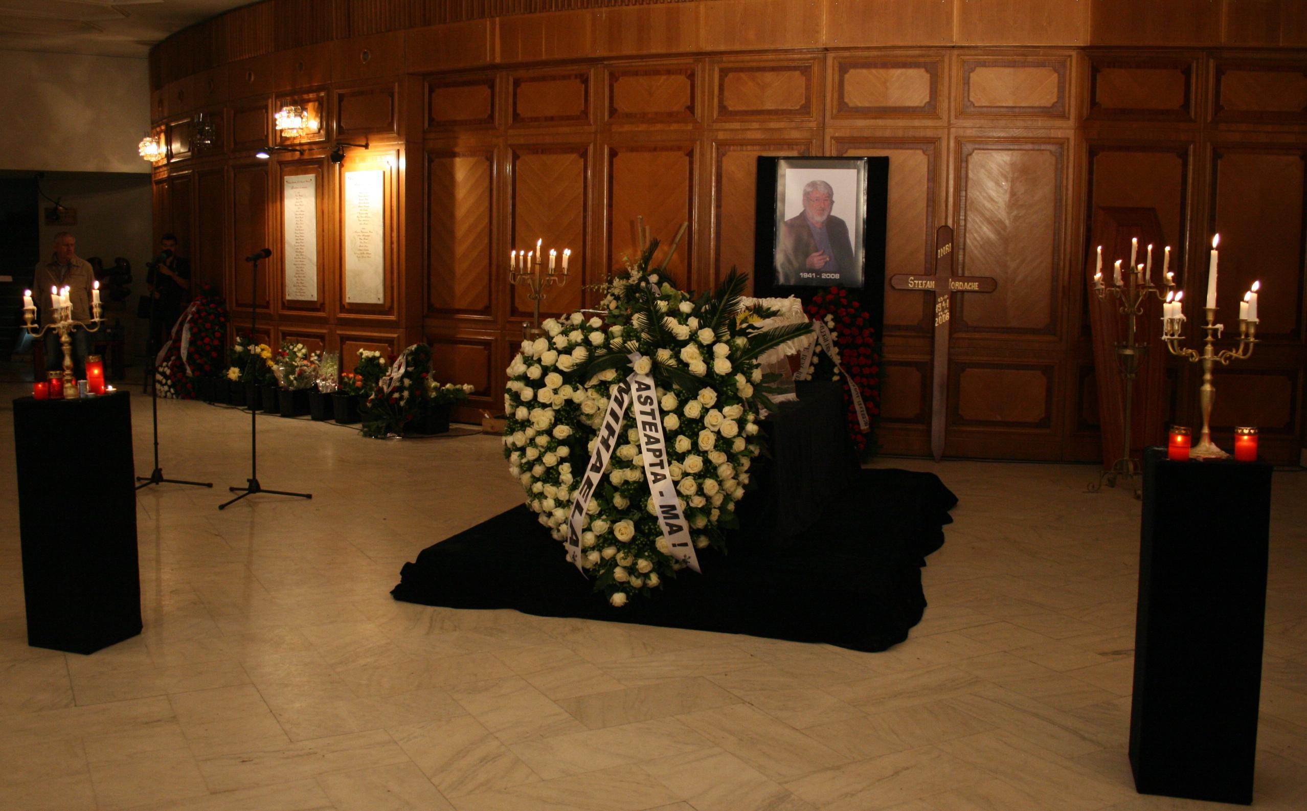 La moartea actorului, sotia sa a depus o coroana pe care scria mesajul: