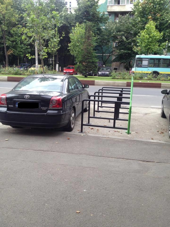 Un sofer priceput a reusit sa blocheze parcarea de biciclete, chair daca se vede cu ochiul liber ca sunt mai multe locuri goale