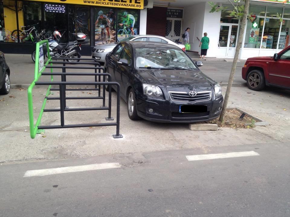 Dupa ce ca sunt putine parcari pentru biciclete in Capitala, ele mai sunt si blocate de soferii grabiti