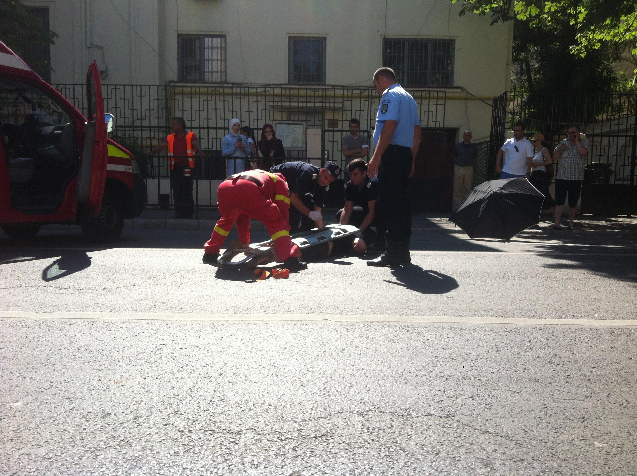 O femeie a sarit in fata unei masini pe strada Polona, iar soferul nu a mai avut cum sa evite impactul