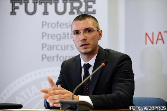 Radu Visan este decorat de catre fostul presedinte Traian Basescu cu Ordinul National pentru Merit in grad de cavaler.