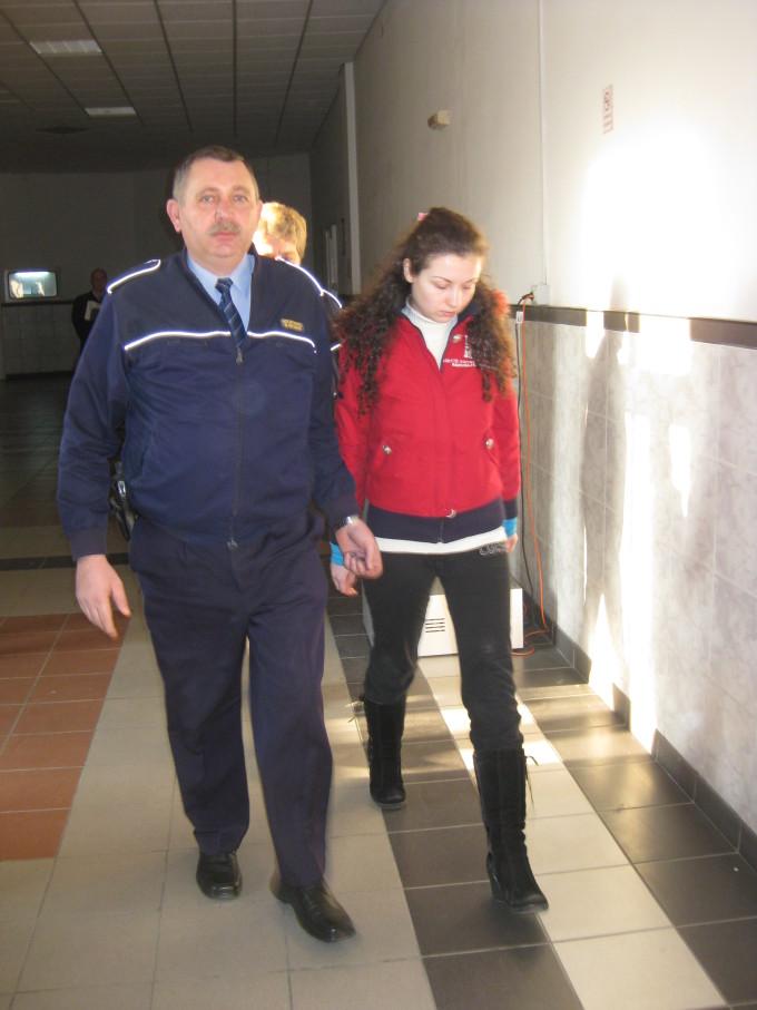 Studenta, Carmen Bejan, a fost dusa de catre un politist dupa gratii.