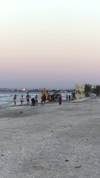 excavator pe plaja