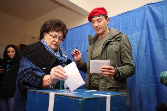 Radu Mazare impreuna cu mama sa la vot.