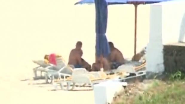 Iohannis si sotia acestuia pe plaja din Neptun (foto:Romania Tv)