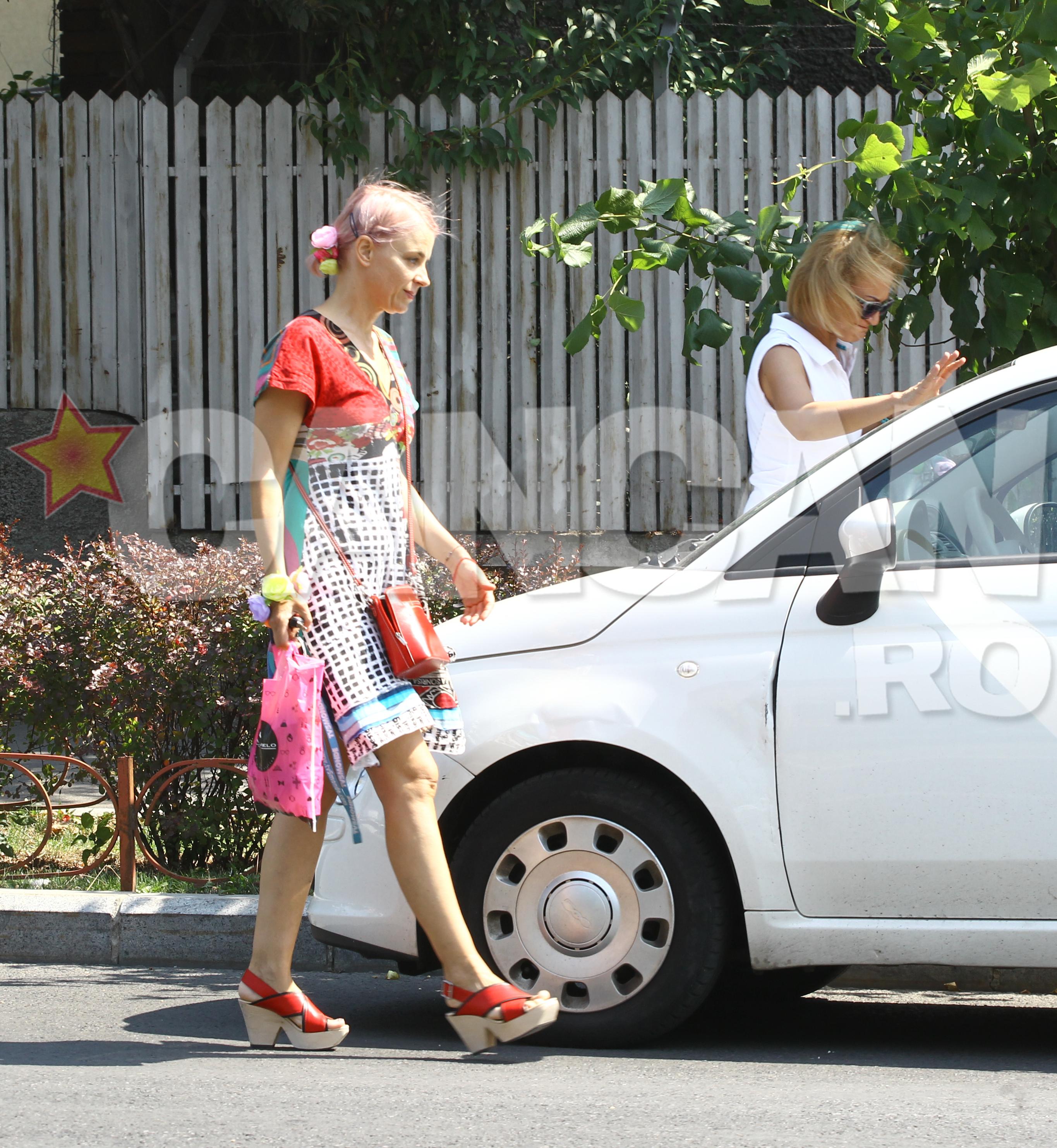 Gianina Corondan se indreapta spre masina.