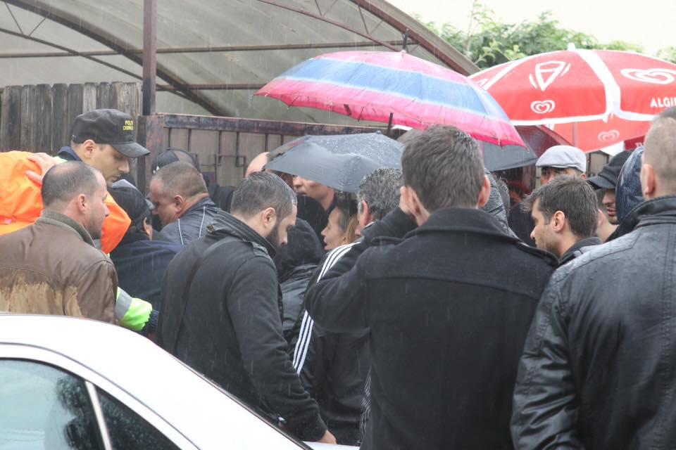 Zeci de oameni au asteptat pe o ploaie torentiala sa ii aduca un ultim omagiu politistului erou