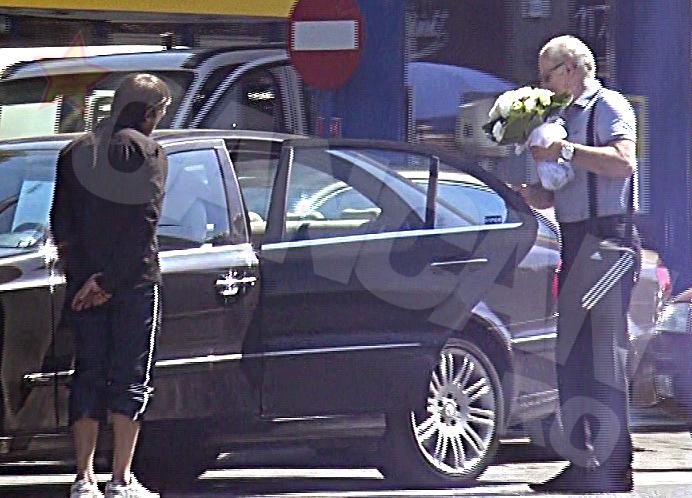 Octavian Bellu a revenit la masina, unde il astepta sotia, cu un buchet de flori