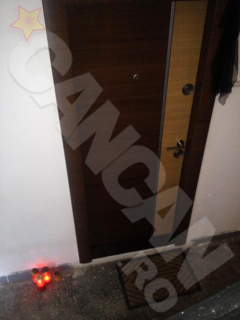 La usa apartamentului in care Mihail Balasescu si Olga - a treia sotie- au locuit au fost aprinse doua candele