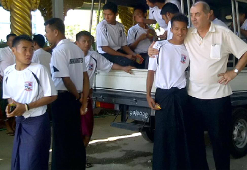 Leonida Nedelcu este alaturi de elevii sai din Myanmar