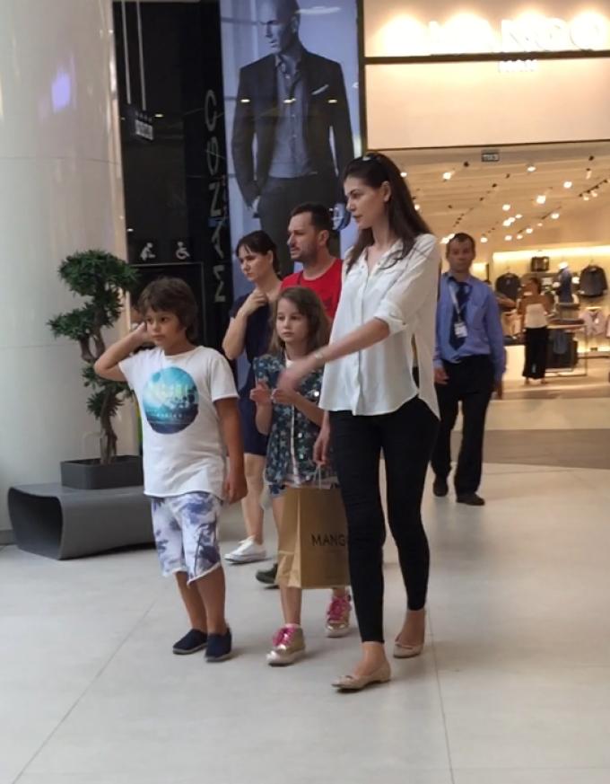 Monica a petrecut vara trecuta o zi intreaga la mall cu fiica ei, dar a iesit cu mainile goale din magazine