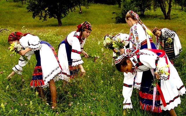 Poporul român este unul extrem de ataşat de tradiţiile şi obiceiurile naţionale.
