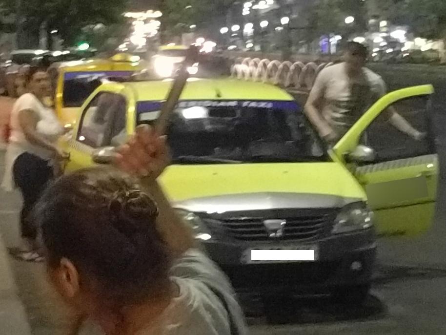 Tânărul a făcut publică şi o imagine cu taximetristul