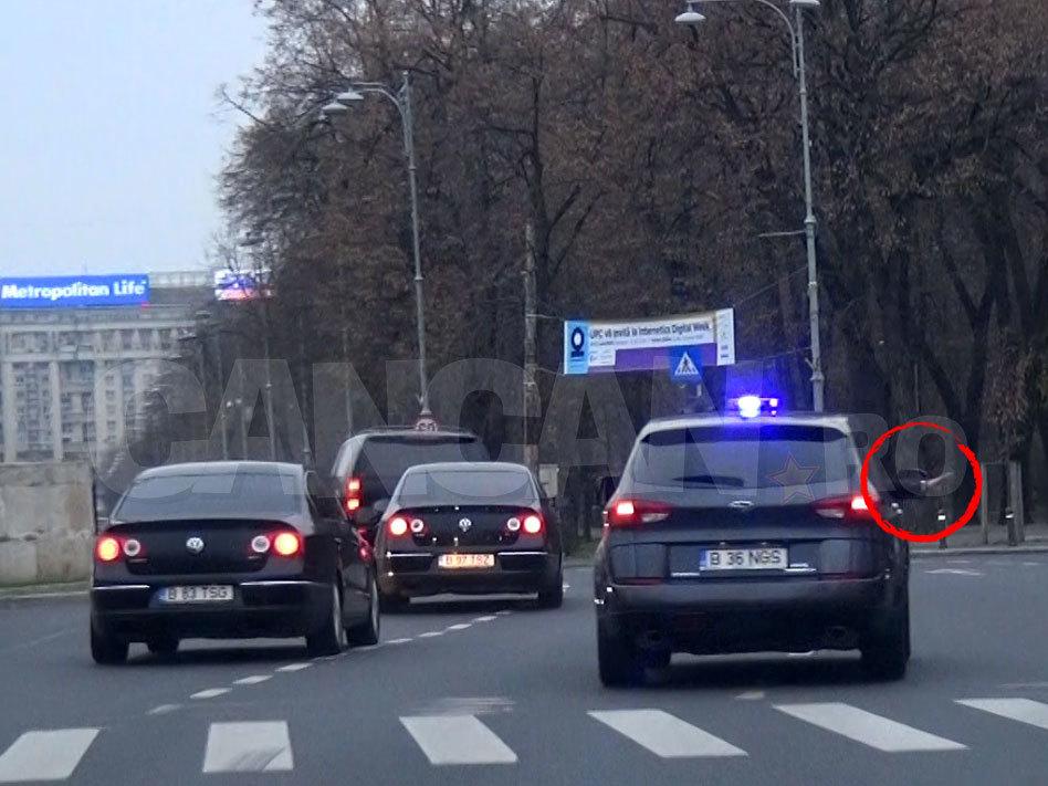 Pasagerul din dreapta balansează şi un baston reflectorizant, semnalându-le conducătorilor auto să-i facă loc