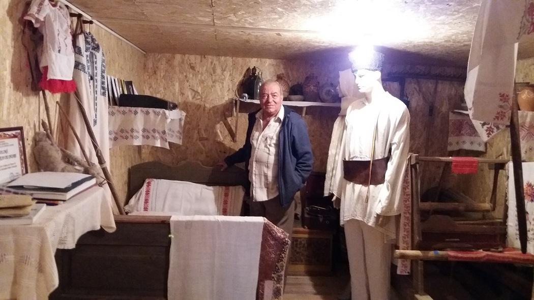 Gioni Badea, sufletul Muzeului Sătesc din Vârfuri, printre exponate