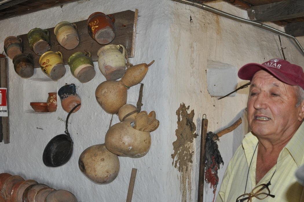 Victor Simion a muncit 11 ani la casa de chirpici pe care a făcut-o muzeu