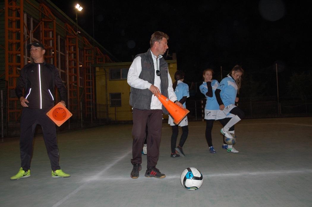 Antrenorul Adrian Cristea pregăteşte jaloanele, ca să le înveţe pe fete driblingul