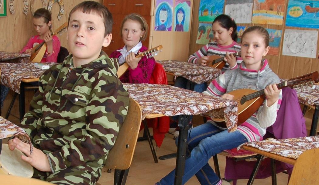 Lecţia de mandolină se ţine într-una dintre clase