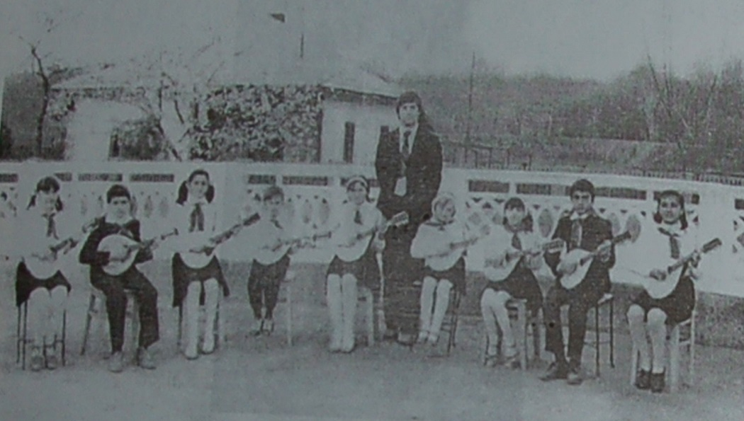 Prima formaţie de mandoline condusă de învăţător, în 1982