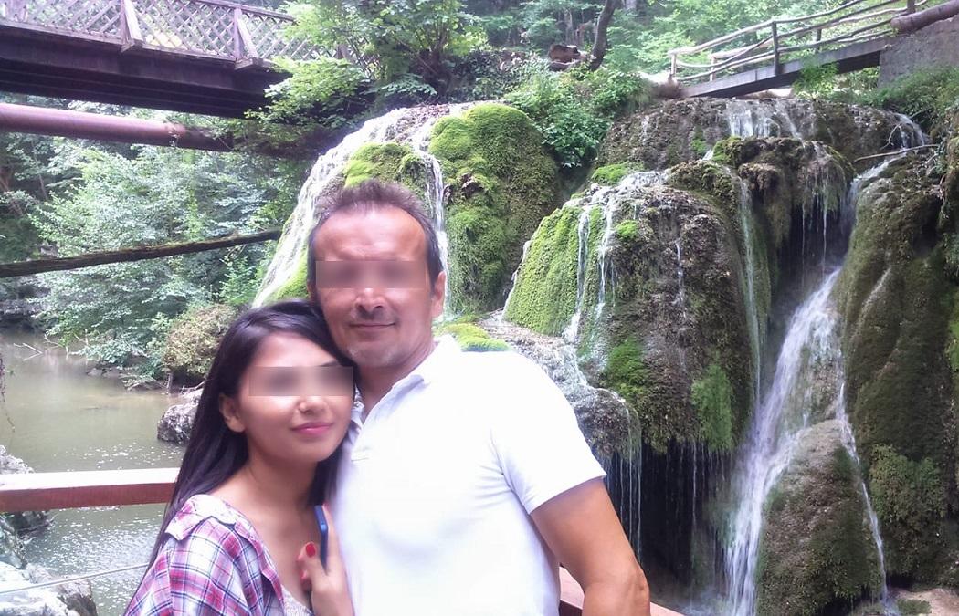 Tatăl adoptiv al Alinei şi una din fiicele sale