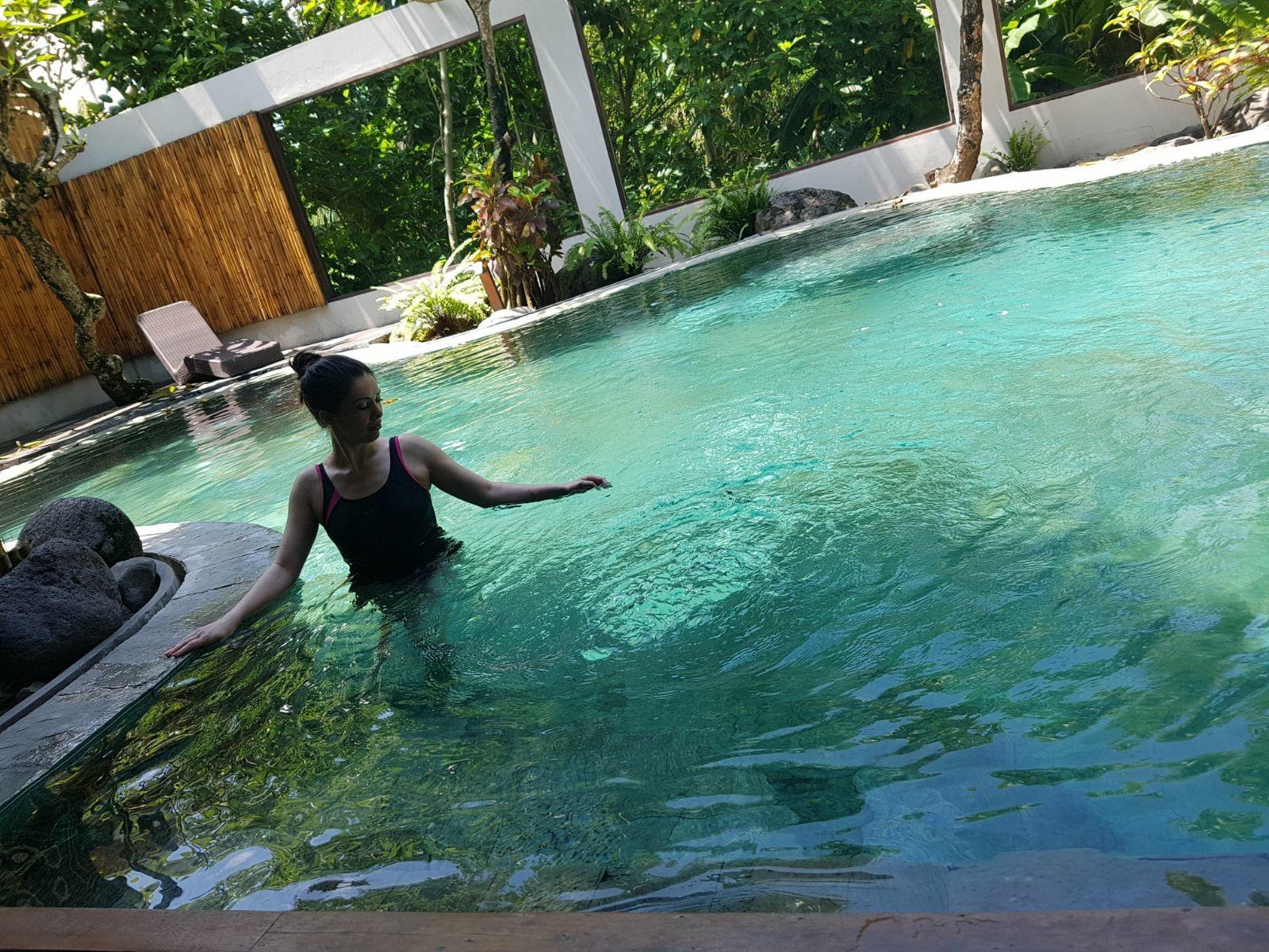 Ioana se răsfaţă într-o piscină cristalină din Bali