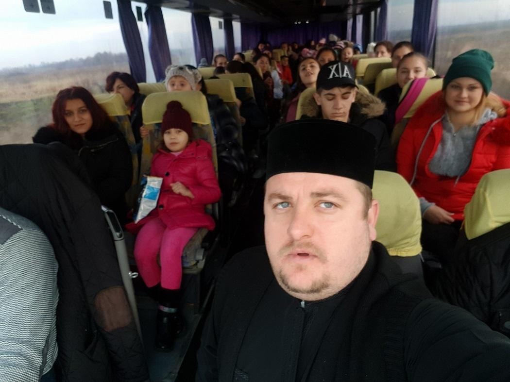 Preotul Florin Danu organizează des excursii cu copiii