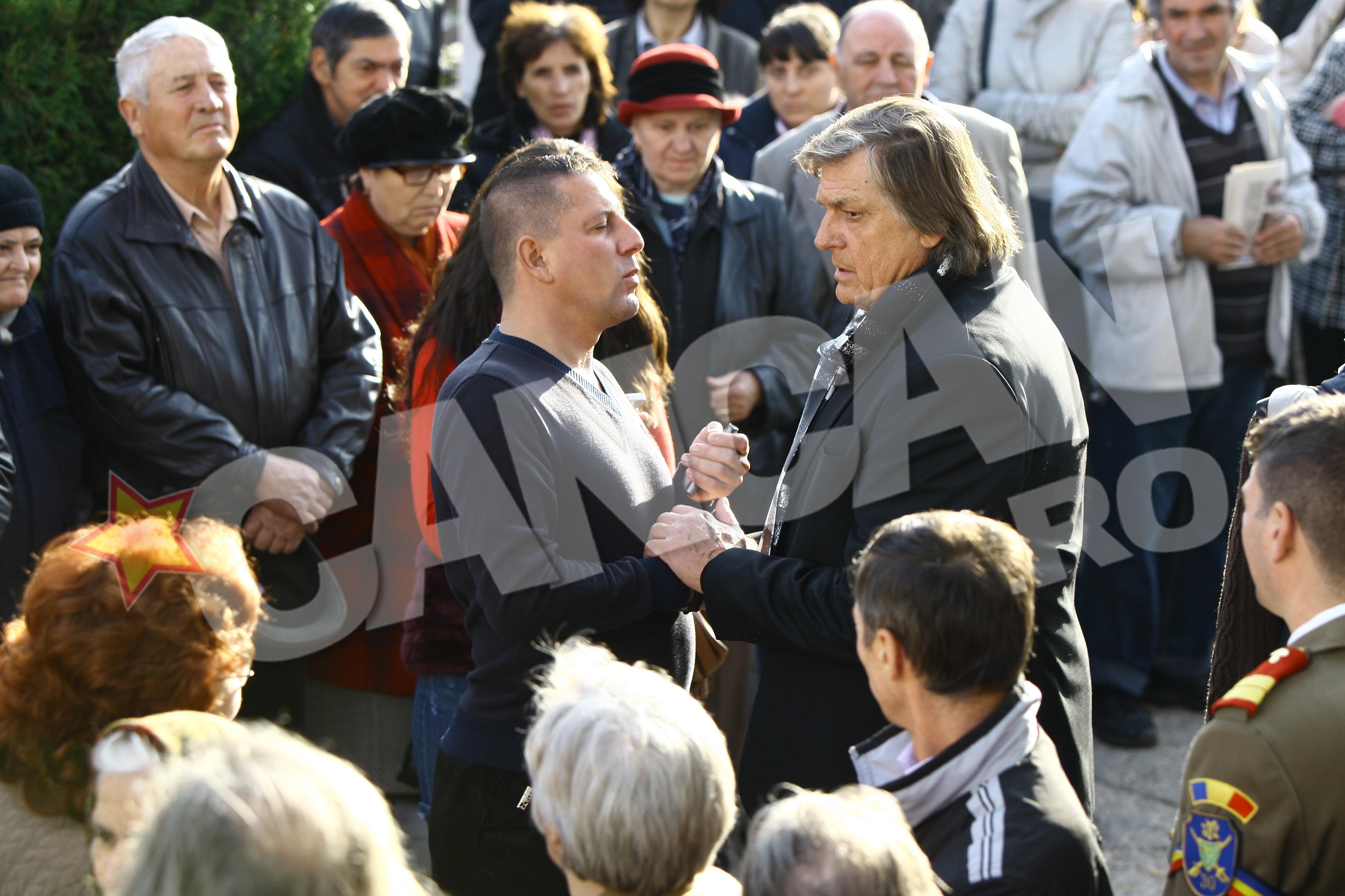 Pe parcursul funerariilor, Costin Marculescu l-a consolat pe maestrul Florin Piersic