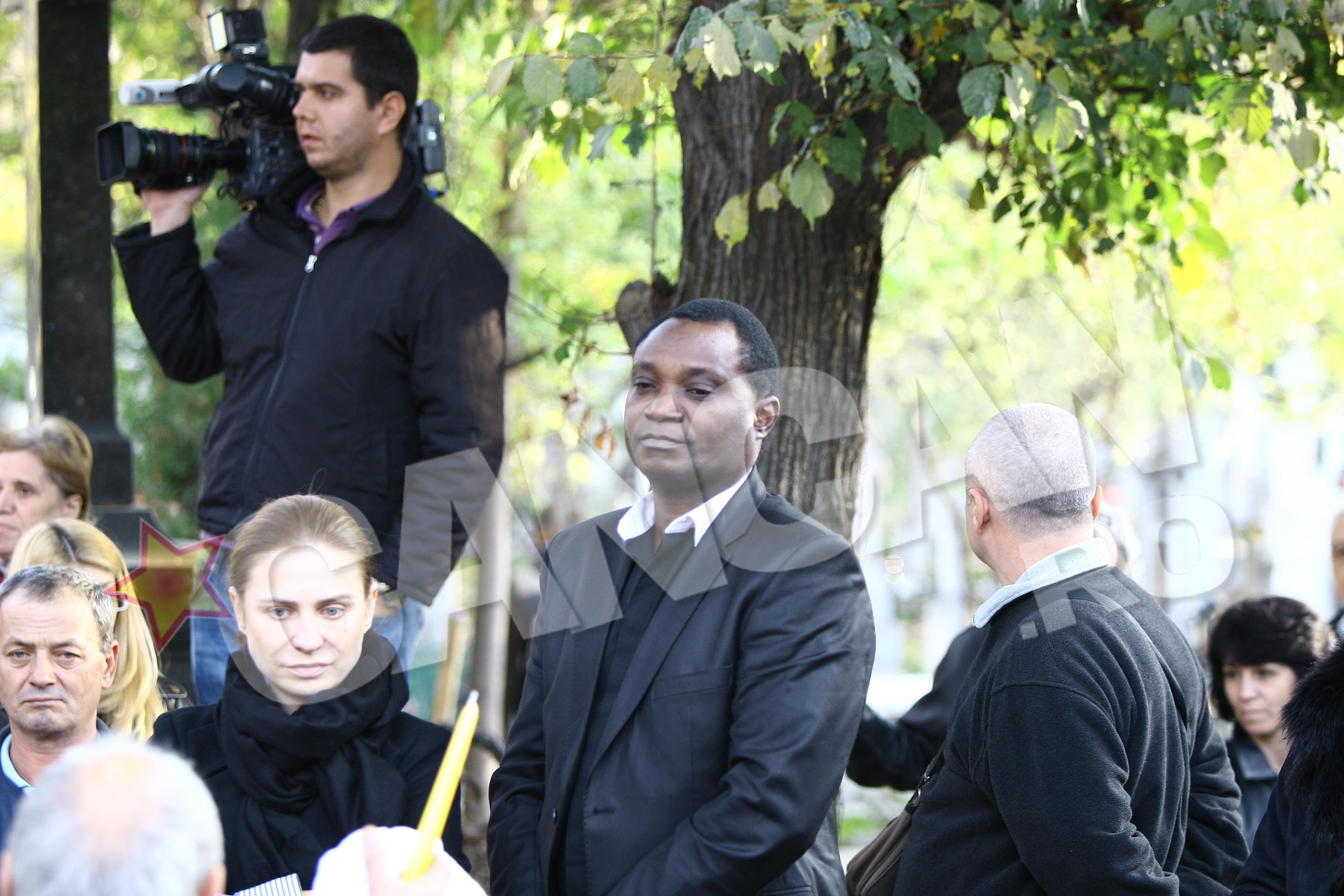 """Actorul din grupul """"Voua"""", Victor Yila, a fost tot timpul alaturi de familia lui Iurie Darie. Acum priveste neputincios la o durere fara margini"""