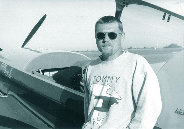 Radu Cristea, in urma cu mai multi ani, inainte de un zbor demonstrativ. Sursa: virtualarad.net