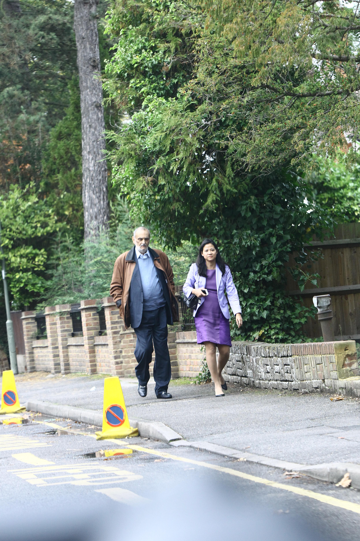 Paparazzii Cancan.ro i-au fotografiat pe Dinu Patriciu si Melanie Chen impreuna, pe 17 octombrie, la Londra. Cei doi ieseau din cladirea unde magnatul are un birou