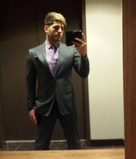 Alexandru Vanghelie s-a pozat iarasi cu telefonul in oglinda (foto:facebook)