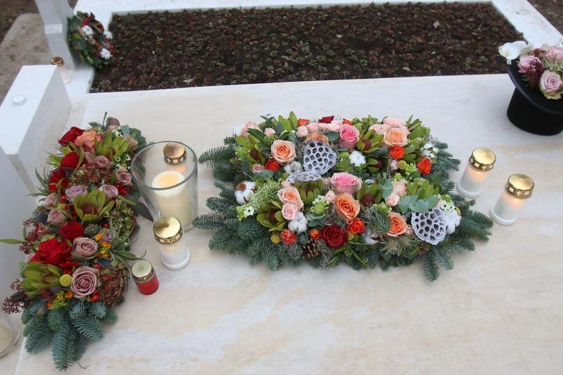 Vaduva regizorului i-a adus mai multe lumanari si coronite de flori