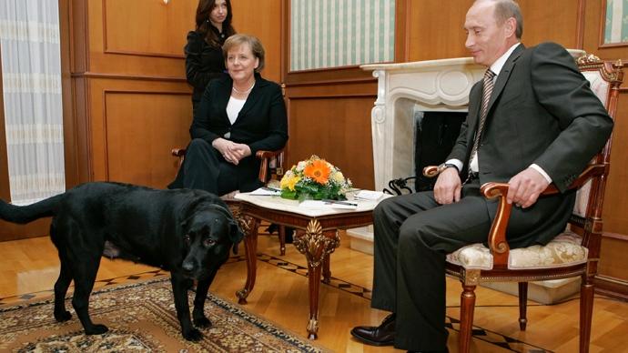 Putin si-a luat labradorul la o intalnire cu Angela Merkel