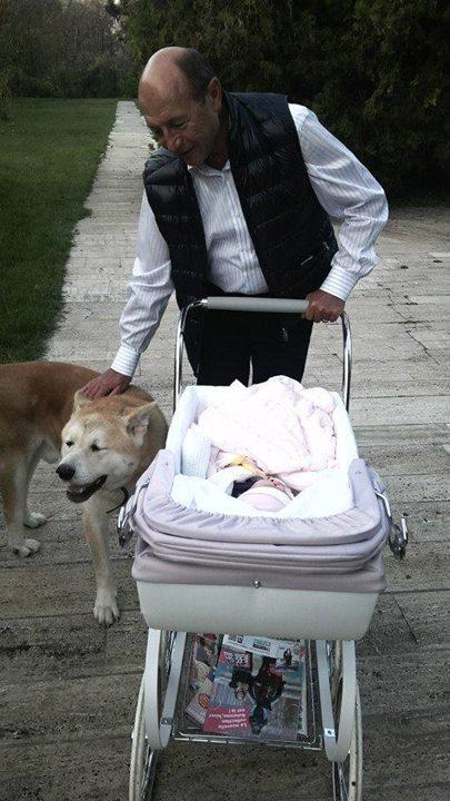 Traian Basescu la plimbare cu nepotica Sofia si unul din cainii familiei