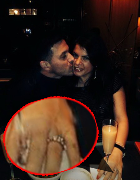 Andra poarta pe deget inelul de logodna