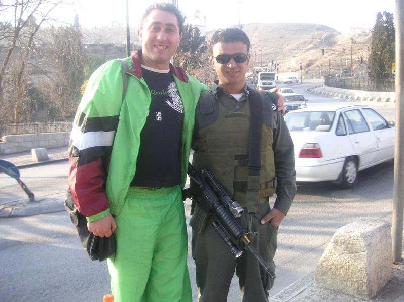 Barbatul de 35 de ani a fost dezbracat pana la chiloti de politia israeliana