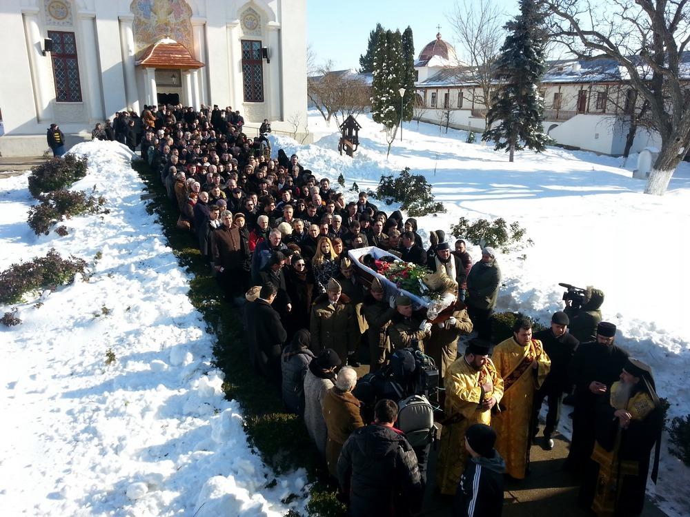 Sute de oameni, printre care si zeci de artisti, au venit sa o conduca pe ultimul drum pe Marioara Murarescu