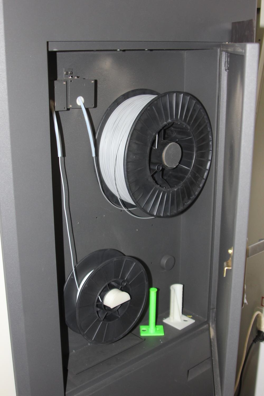 Imprimanta foloseste ca materia prima ABS, un fel de plastic