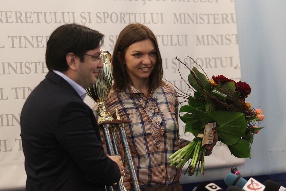 Tenismena a primit titlul de la Nicolae Banicioiu, ministrul Tineretului si Sportului