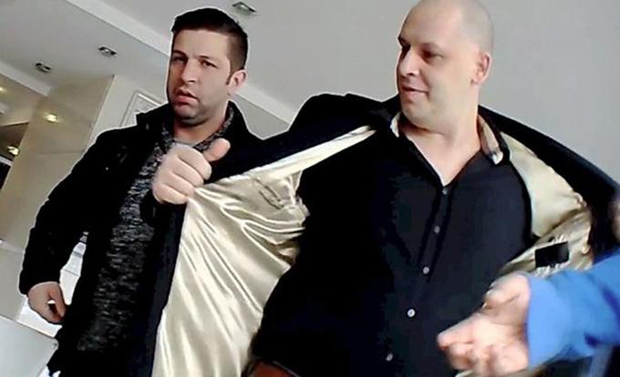 Adrian Meder merge peste tot insotit de bodyguard-ul lui (stanga)