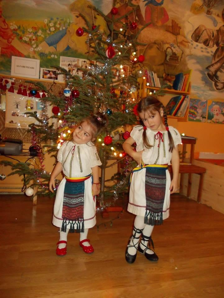 Rebeca si Anastasia, la petrecerea de Craciun