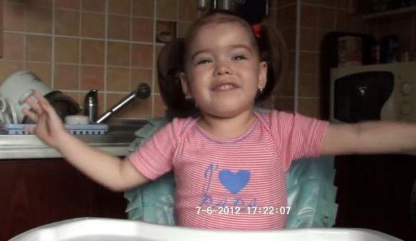 Anastasia, la doi ani si 10 luni, cand abia invatase Luceafarul