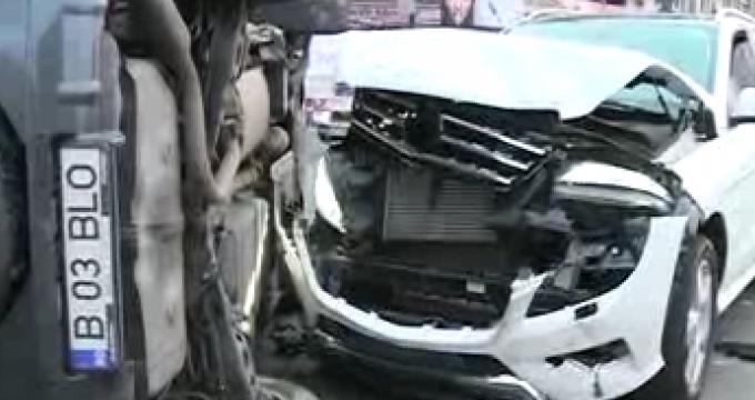 Una din masini s-a rasturnat in urma impactului (foto:rtv.net)
